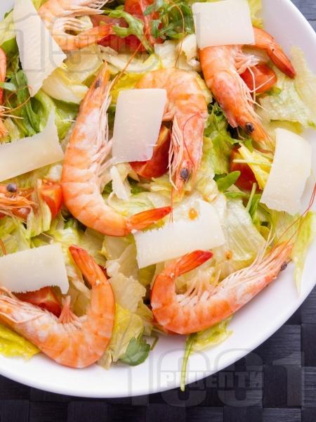 Зелена салата с айсберг, скариди, чери домати, рукола и сирене пармезан - снимка на рецептата